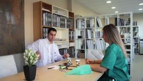 Arts en chirurg die door een noodsituatiebericht lopen stock videobeelden