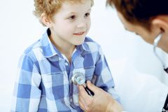 Arts en geduldig kind Arts die weinig jongen onderzoeken Regelmatig medisch bezoek in kliniek Geneeskunde en gezondheidszorg stock fotografie