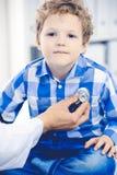 Arts en geduldig kind Arts die weinig jongen onderzoeken Regelmatig medisch bezoek in kliniek Geneeskunde en gezondheidszorg royalty-vrije stock foto's