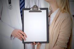 Arts en geduldige vrije het exemplaarruimte van het holdingsklembord Medisch ethiek en vertrouwensconcept stock afbeeldingen