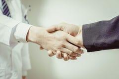 Arts en haar advocaat het schudden handen, wijnoogst royalty-vrije stock afbeelding