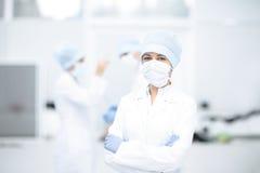 Arts en haar medewerker tijdens verrichting stock fotografie