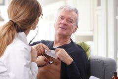 Arts en hogere patiënt Stock Afbeeldingen