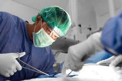 Arts en hulpverpleegster die voor reddingspatiënt werken van dan royalty-vrije stock foto's
