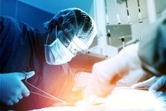 Arts en hulpverpleegster die voor reddingspatiënt werken van dan stock fotografie