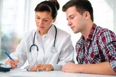 Arts en patiënt Stock Afbeeldingen