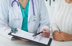 Arts en patiënt, close-up van handen Arts die over algemeen medisch onderzoekresultaten spreken Geneeskunde, gezondheidszorg royalty-vrije stock afbeelding