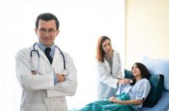Arts en patiënt in het ziekenhuis royalty-vrije stock foto's