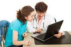 Arts en Patiënt op Computer Royalty-vrije Stock Afbeelding