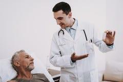 Arts en Patiënt Witte Zaal Arts en Patiënt royalty-vrije stock fotografie
