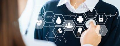 Arts en stethoscoop voor geduldig onderzoek en verbinding van het pictogram de medische netwerk royalty-vrije stock foto