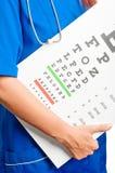 Arts en test voor oogonderzoek Stock Foto's