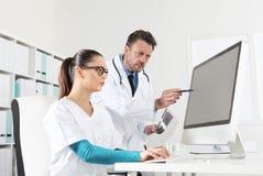 Arts en verpleegster bij computer, concept het medische raadplegen royalty-vrije stock afbeeldingen