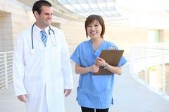 Arts en Verpleegster bij het Ziekenhuis Royalty-vrije Stock Afbeelding
