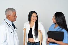 Arts en Verpleegster de Witte Achtergrond van With Patient On royalty-vrije stock foto