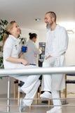 Arts en verpleegster die een onderbreking hebben Royalty-vrije Stock Foto