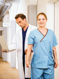 Arts en verpleegster met medische grafieken Stock Afbeeldingen