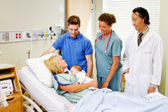 Arts en verpleegster met nieuwe ouders Royalty-vrije Stock Afbeelding