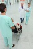 Arts en verpleegster met patiënt Stock Afbeelding