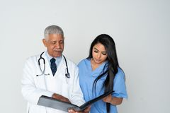 Arts en verpleegster op witte achtergrond royalty-vrije stock afbeelding