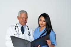 Arts en verpleegster op witte achtergrond royalty-vrije stock afbeeldingen