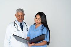 Arts en verpleegster op witte achtergrond stock afbeeldingen