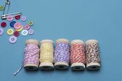 Arts et fond d'image de métiers de ficelle colorée avec des goupilles et des boutons Images stock