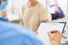 Arts Filing Patients Form stock afbeeldingen