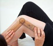 Arts of fysiotherapeut die actieve waaier van motie meausuring stock afbeeldingen