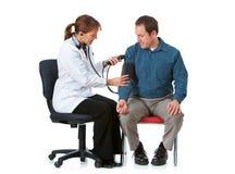 Arts: Het nemen van de Bloeddruk van een Patiënt Stock Foto's