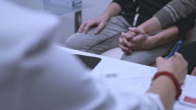 Arts het schrijven behandeling Vrolijk paar die op hiv testresultaten wachten stock videobeelden