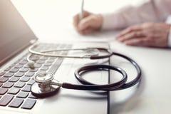 Arts het schrijven voorschrift of algemeen medisch onderzoeknota's royalty-vrije stock afbeelding