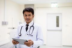 Arts in het ziekenhuis die met tabletcomputer werken, het concept h royalty-vrije stock foto's