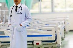 Arts in het ziekenhuis die met tabletcomputer werken, het concept h stock fotografie