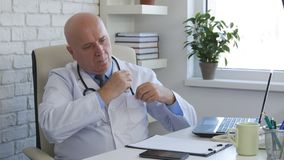 Arts Image in het Ziekenhuisbureau die Pen From Uniform Pocket nemen royalty-vrije stock foto