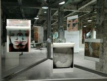 arts Les gens Art Gallery d'AkT L'art final d'exposition jusqu'au minuit de l'exposition images libres de droits