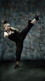 Arts martiaux de pratique en matière de jeune femme photos libres de droits