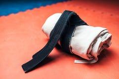 Arts martiaux, kimono blanc et plan rapproché de ceinture noire Images libres de droits