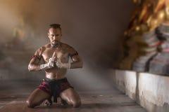 Arts martiaux thaïlandais antiques de Muay à main levée dangereux image libre de droits