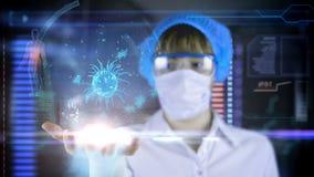 Arts met de futuristische tablet van het hudscherm Bacteriën, virus, microbe stock video