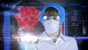 Arts met de futuristische tablet van het hudscherm Bacteriën, virus, microbe stock footage