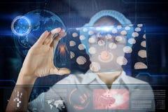 Arts met de futuristische tablet van het hudscherm Menselijke hersenenröntgenstraal Medisch concept de toekomst stock foto's