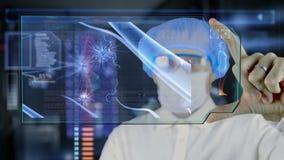 Arts met de futuristische tablet van het hudscherm Neuronen, hersenenimpulsen Medisch concept de toekomst stock footage