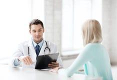 Arts met patiënt in het ziekenhuis stock afbeelding