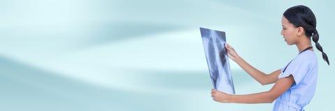Arts met röntgenstraal tegen blauwe abstracte achtergrond Stock Fotografie