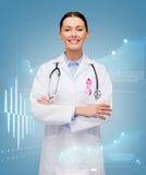 Arts met stethoscoop, het lint van de kankervoorlichting royalty-vrije stock afbeelding