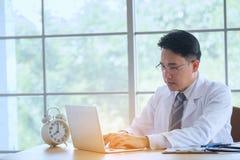 Arts met Stethoscoop het werk het schrijven op administratie met clipbo stock afbeeldingen