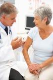 Arts met vrouwelijke patiënt Stock Foto's