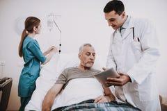 Arts Nurse en Patiënt in het Ziekenhuis Artsenhulp royalty-vrije stock foto