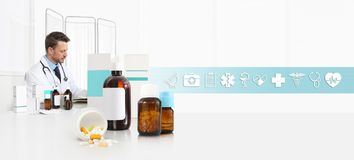 Arts op bureaukantoor met pillen, drugs en geneeskundeflessen, Internet-gezondheidszorg en medische symbolenpictogrammen, Webbann royalty-vrije stock afbeelding